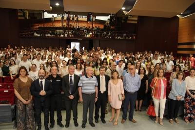 Foto de familia de autoridades y estudiantes participantes