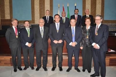 Foto de familia de autoridades tras la entrega de medallas