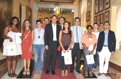 El rector, la vicerrectora de  Relaciones Internacionales y el decano de Ciencias, con las alumnas y mentores del prgorama.