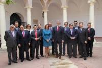 Autoridades académicas y galardonados en el patio de la Facultad