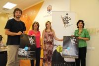 De izquierda a derecha, Pablo Rabasco, Manuela Gómez, Charo Mérida y May Silva, con el cartel anunciador de la nueva edición de Suroscopia