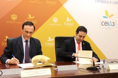 José  Carlos Gómez Villamandos y Carlos Antonio Hinojosa, durante la firma del convenio