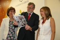 De izquierda a derecha, Julia Angulo, José Manuel Roldán y Rosario Mérida, hojean el diagnóstico de igualdad