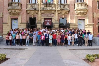 Foto de familia de los 114 contratados junto con el rector de la UCO y otros responsables de la institucion académica
