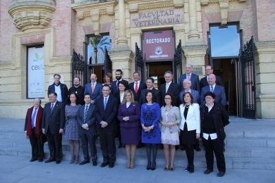 Representantes institucionales y premiados ante la puerta del Rectorado