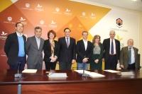 Foto de familia de autoridades asistentes a la firma de los acuerdos.