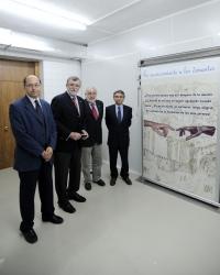 De izq. a dcha. Antonio Cubero Atienza, Jose Manuel Roldán Nogueras, Rafael Solana Lara y  Peña Amaro junto al panel de Reconocimiento a los donantes.