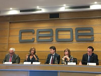 """El rector, a la derecha, en la mesa de opinión con motivo de la presentación del  """"Decálogo de medidas urgentes para impulsar la I+D+i en España"""""""
