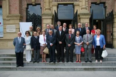 Autoridades, integrantes de la promoción y sus familiares durante la visita al antiguo edificio de la Facultad, hoy Rectorado