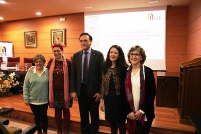 El rector en el centro, junto a Mª del Mar García Cabrera y las organizadoras del espacio