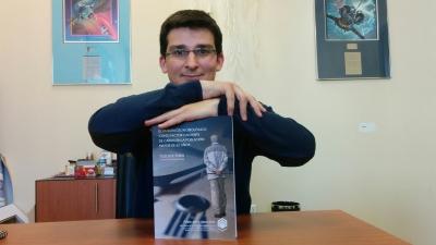 Pablo López posa junto a su tesis doctoral