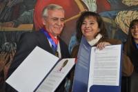 El profesor Roldán Cañas, junto a la rectora de la Universidad Mayor de San Andrés, Teresa Rescala Nemtala
