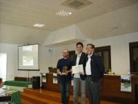 Miguel Antúnez (izquierda) y Antonio Gomera (centro), del Aula de Sostenibilidad, recogen el reconocimiento de manos de Luis Rallo (derecha), miembro del Comité Organizador.