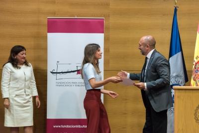 La alumna de la UCO, Saray Fernández, recoge su diploma acreditativo de la mención de honor