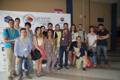 Miembros de los equipos de la Universidad de Córdoba, momentos antes del primer debate del mundial.