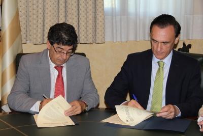 El vicepresidente de la Junta de Andalucía, Braulio Valderas, y el rector José Carlos Gómez Villamandos, en el momento de la firma del acuerdo