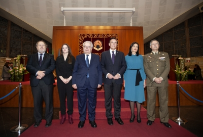 Foto de familia del rector y el presidente del Consejo Social con los premios Tomás de Aquino de este año.