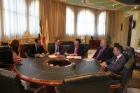 En el centro, José Carlos Gómez Villamandos, rector de la UCO, y Mateo López Aranega, director del área de negocio de CaixaBank en Córdoba