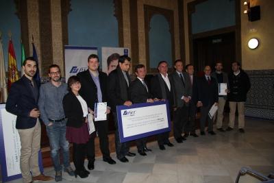 Representantes institucionales con los premiados al término del acto