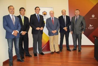 En el centro, tercero y cuarto por la izquierda, José Carlos Gómez Villamandos y Germán Ayora López, acompañados por representantes de la Universidad y de la Asociación, tras la firma del acuerdo.