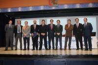 Foto de familia de autoridades y participantes en la mesa redonda