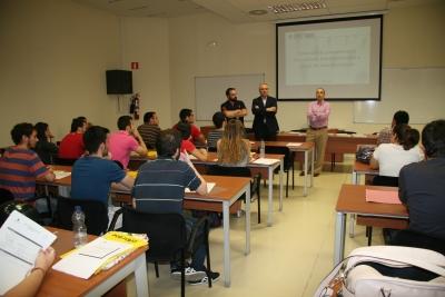Los integrantes de UNIPimus, David Merinas y Miguel García Capilla, con el director de la ORI, Antonio Ruiz,  durante la charla ofrecida a los estudiantes.