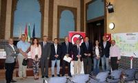 Foto de familia de personal y representantes de las entidades que colaboran en el desarrollo del sistema de Zona Cardioasegurada de la UCO