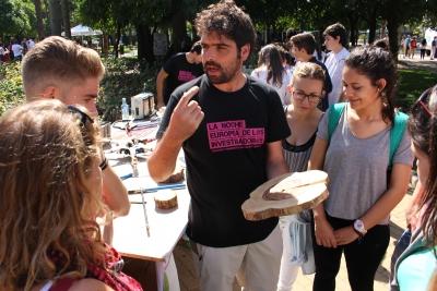 Un investigador de la UCO conversa con un grupo de estudiantes durante la edición de la Noche 2015