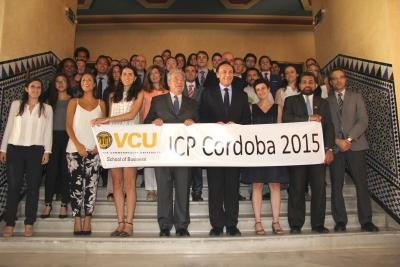 En el centro el rector, José Carlos Gómez y la vicerrectora de Relaciones Internacionales, Nuria Magaldi, con profesorado, alumnos y empresas participantes en el programa