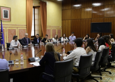 Juan Pablo Durán, presidente del Parlamento, con los participantes en el Laboratorio Jurídico sobre Desahucios de la Universidad de Córdoba