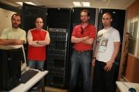 Miembros del grupo de investigación junto a los equipos informáticos