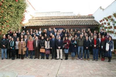 Becarios con representantes de la UCO y de la Fundación Cajasur en uno de los patios del Palacio