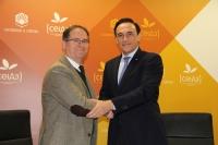 Miguel Cabezas Morón y José Carlos Gómez Villamandos, se saludan tras la firma del acuerdo
