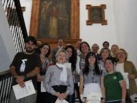 Los premiados, en la escalera de la Facultad
