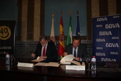 Jose Manuel Roldán (izq) y Luis Llorens en el momento de la firma