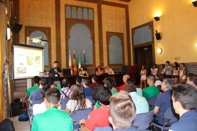 Un grupo de estudiantes presenta su proyecto en la sala Mudéjar del Rectorado