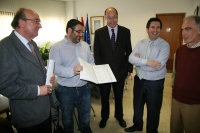 Un momento de la entrega de las firmas previo a la reunión