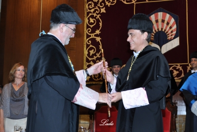 Jose Manuel Roldán entrega el bastón rectoral a Jose Carlos Gómez Villamandos