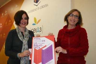 Carmen Liñán y Carmen Blanco con el cartel anunciador del programa 'Abril en la Biblioteca'