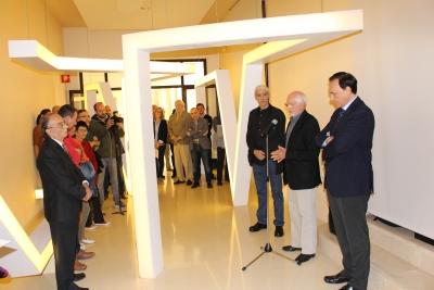 Juan Serrano se dirige al público asistente a la inauguración del espacio 'De paso', en el Rectorado