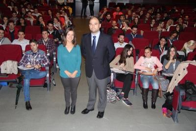 De izquierda a derecha, Janire Muñoz y Enrique Quesada, minutos antes de iniciarse el curso