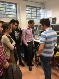 Pedro Valenzuela, alumno del equipo UCO Electric Racing que participa en el proyecto Motostudent, explica a los estudiantes las características de la moto que están diseñando.