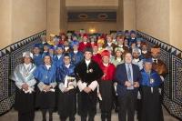 En el centro, el rector y los nuevos doctores honores causa en la foto de familia con integrantes del claustro universitario