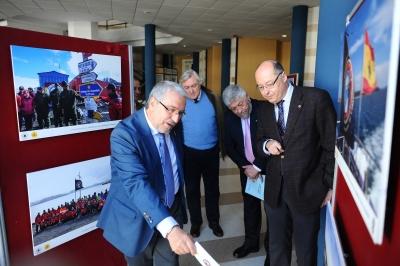 Las autoridades durante el recorrido por la exposición inaugurada hoy