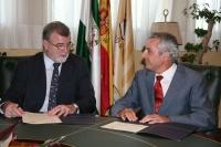 El rector, José Manuel Roldán, y el vicepresidente del Colegio de Médicos, Manuel Montero, conversan  antes de la firma del acuerdo