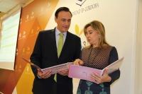 El rector, José Carlos Gómez Villamandos hojean el I Plan de Igualdad.
